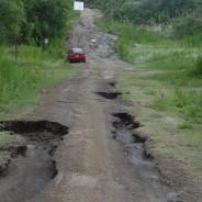 Calles destruidas y municipio ausente
